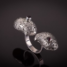 Vienetinis žiedas iš sidabro su granato akmenukais.