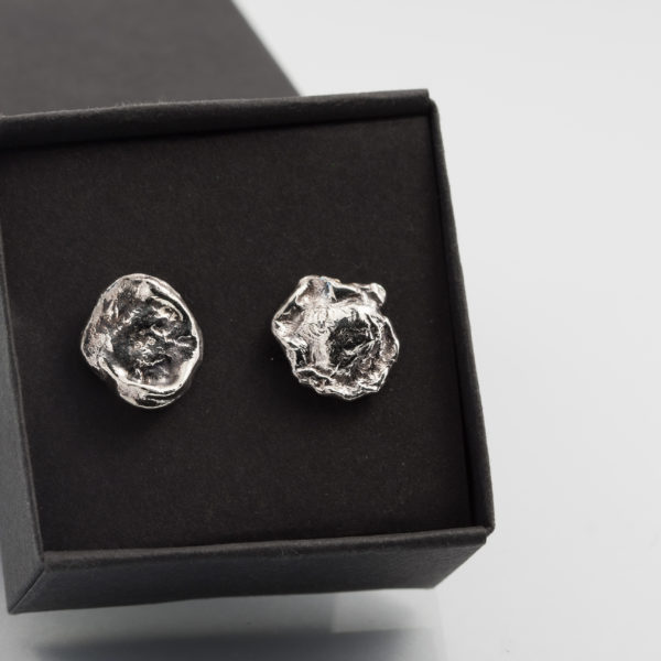 Nedideli sidabriniai auskariukai.