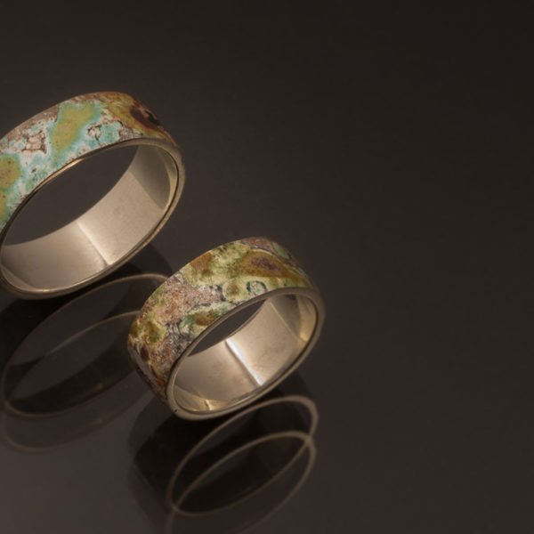Vestuviniai žiedai ši sidabro, puošti unikalia tekstūra.