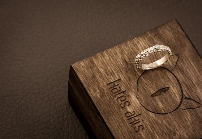 Balto aukso sužadėtuvių žiedas.