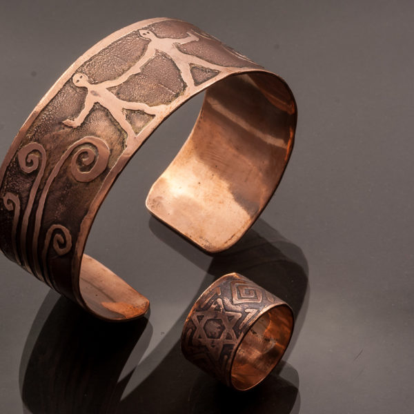Vyriškas papuošalų rinkinys - žiedas ir apyrankė.
