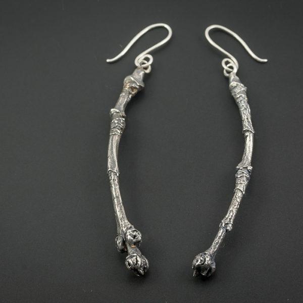 Auskarai šakelės iš oksiduoto sidabro.