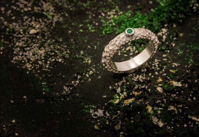 Sužadėtuvių žiedas su smaragdu.