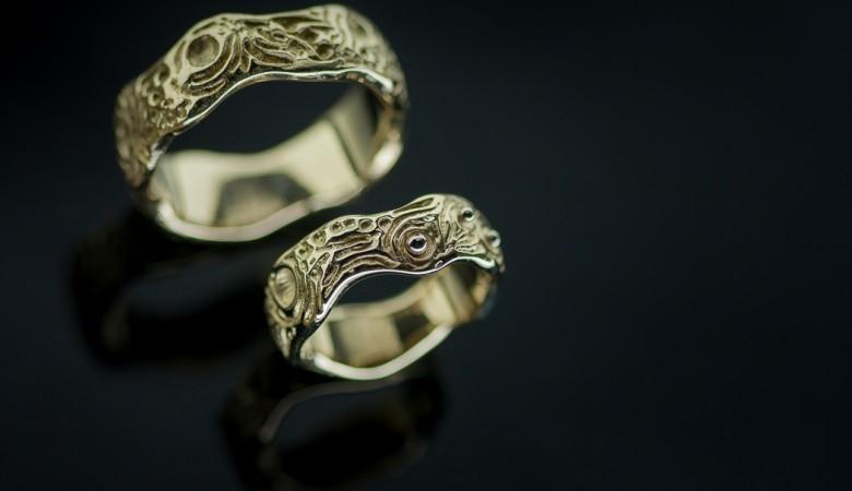 Vienetiniai auksiniai vestuviniai žiedai.