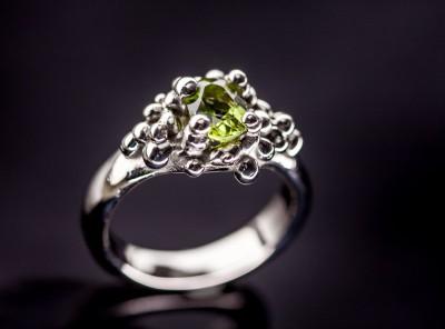 žiedas su peridotu iš balto aukso