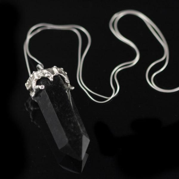 vienetinis pakabukas su kristalu.