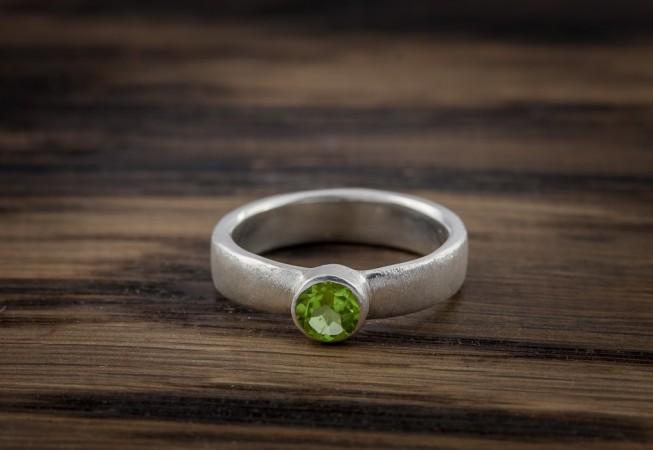 Vienetinis sidabrinis sužadėtuvių žiedas su peridotu.