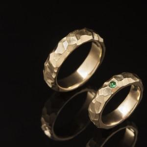 Geltono aukso vestuviniai žiedai su smaragdu