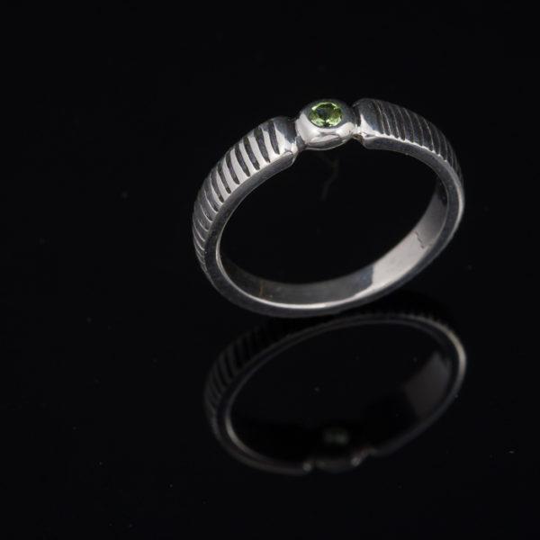 Sidabrinis žiedas su peridotu.