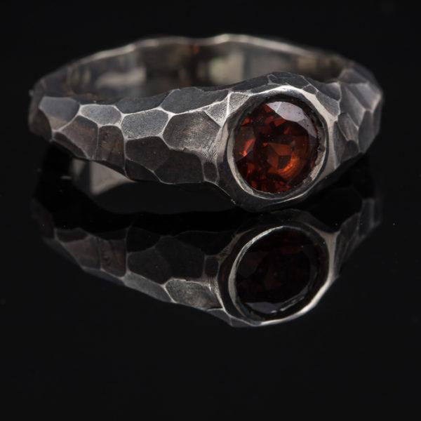 Sidabrinis žiedas su granatu.