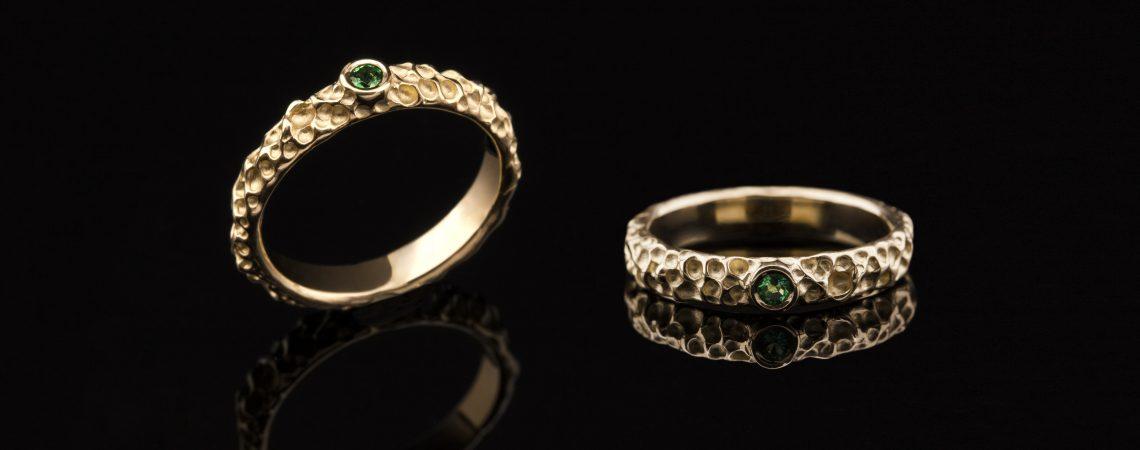 Auksinis sužadėtuvių žiedas su smaragdu. Geltonas auksas.