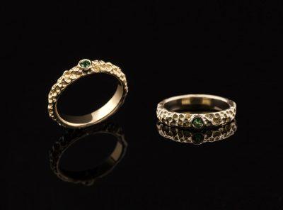 Žiedas su smaragdu iš geltono aukso
