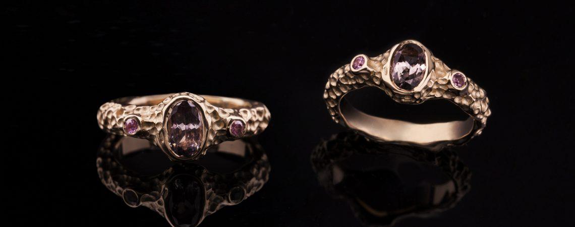 Raudono aukso žiedas su turmalinu ir safyrais.