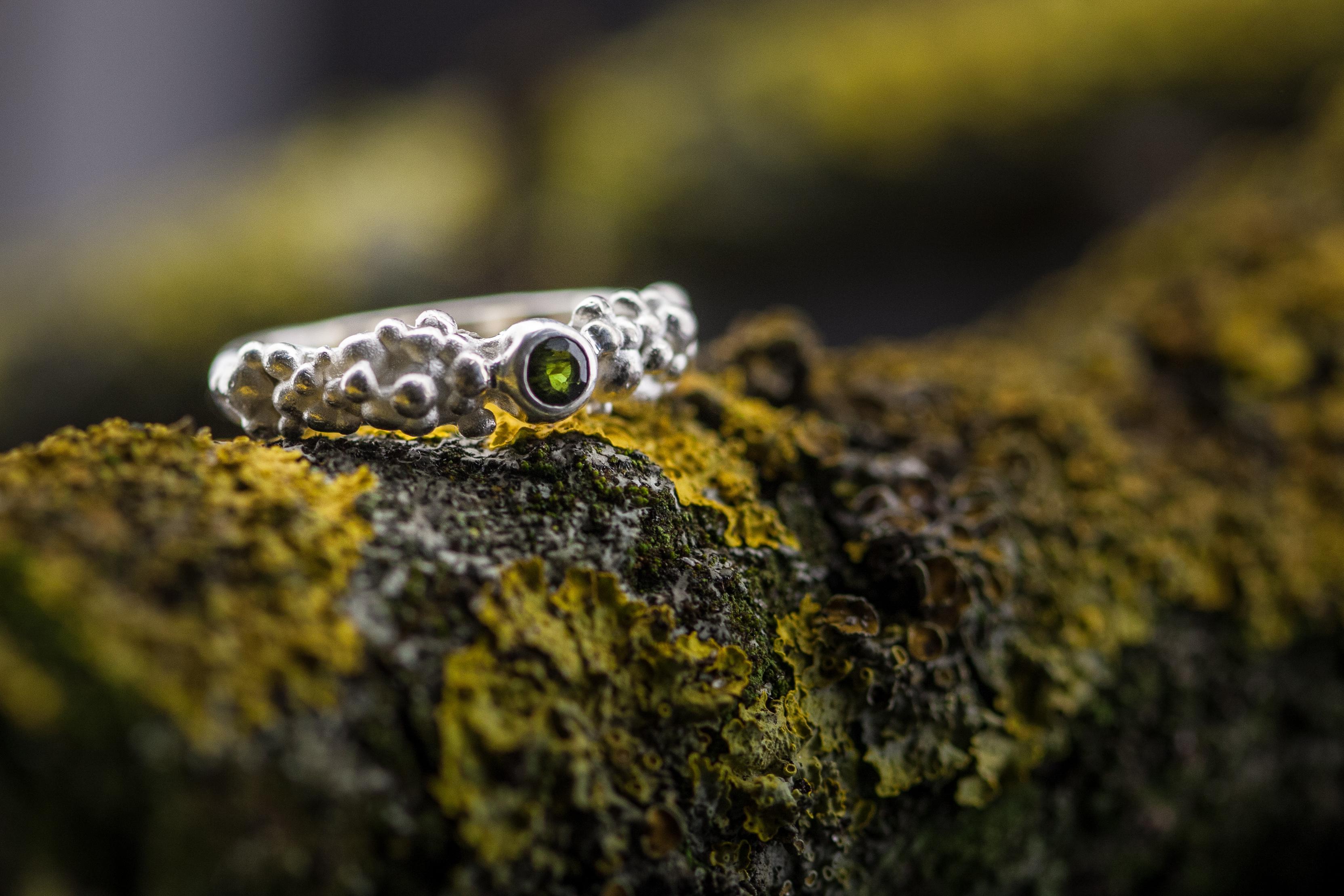 Išskirtinio dizaino sidabrinis žiedas su turmalinu.