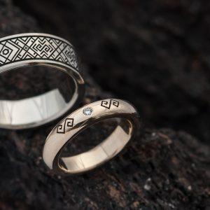 Vestuviniai žiedai subaltų simboliais