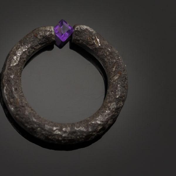 Geležinis žiedas su ametistu