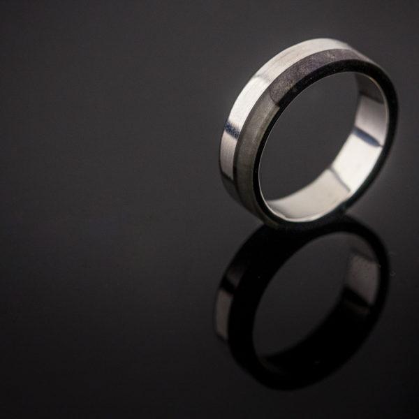 Sidabrinis žiedas su mediena