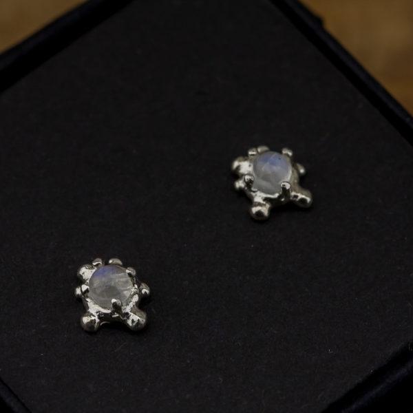 Nedideli sidabriniai auskarai su mėnulio akmeniu