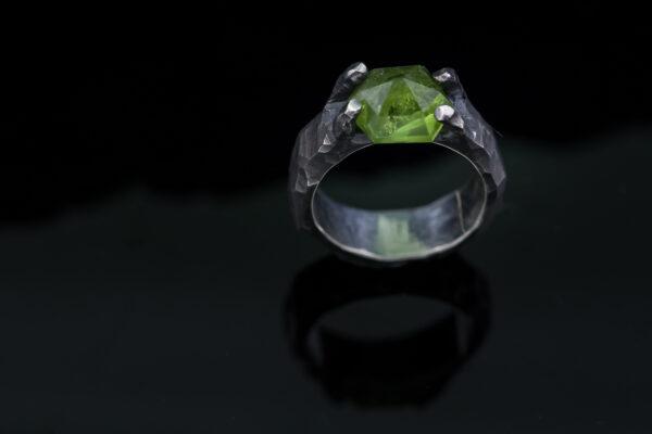 Sidabrinis žiedas su peridotuŽiedo dydis - 17,2